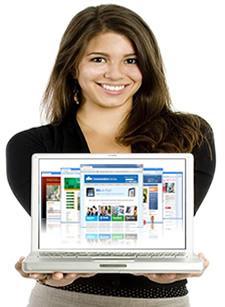 Mujer enseñando diseño web en laptop
